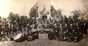 Dobrovoľní hasiči zo Závodia v roku 1934. Obrázok vznikol pravdepodobne z príležitosti vysviacky striekačky. V strede medzi hasičmi je páter Paldan, kaplan farnosti Žilina